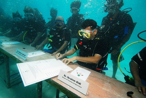 82ac3181cdmaldives-governments-cabinet-meeting-underwater